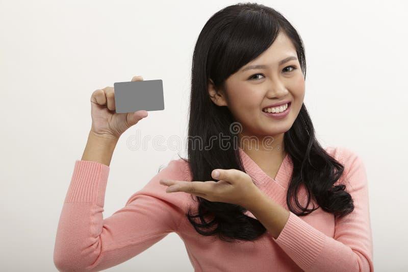 De Creditcard van de holding van de vrouw stock afbeelding