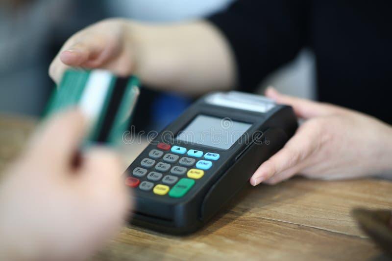 De Creditcard van kassiershand taking plastic aan Betaling stock afbeeldingen