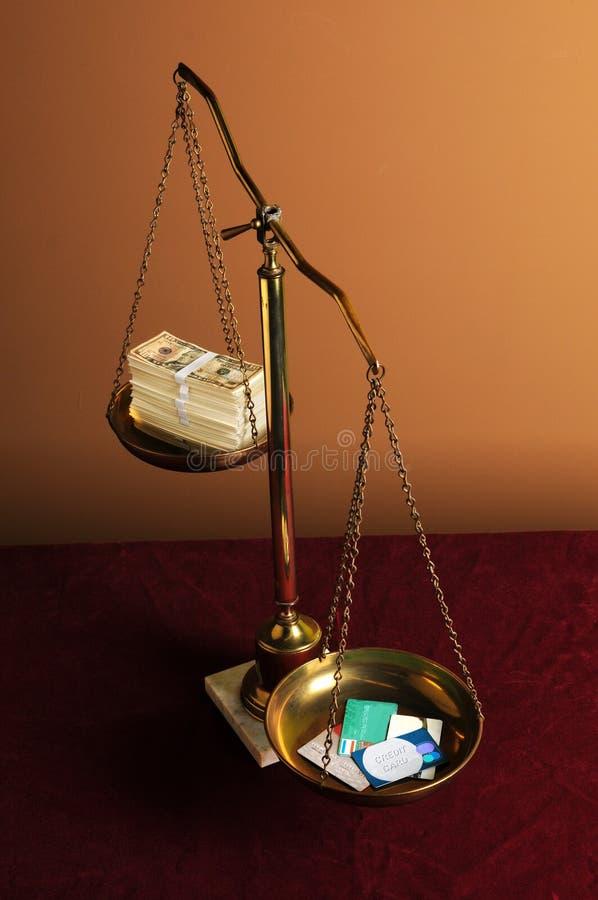 De Creditcards en het Contante geld van de Holding van schalen royalty-vrije stock foto's