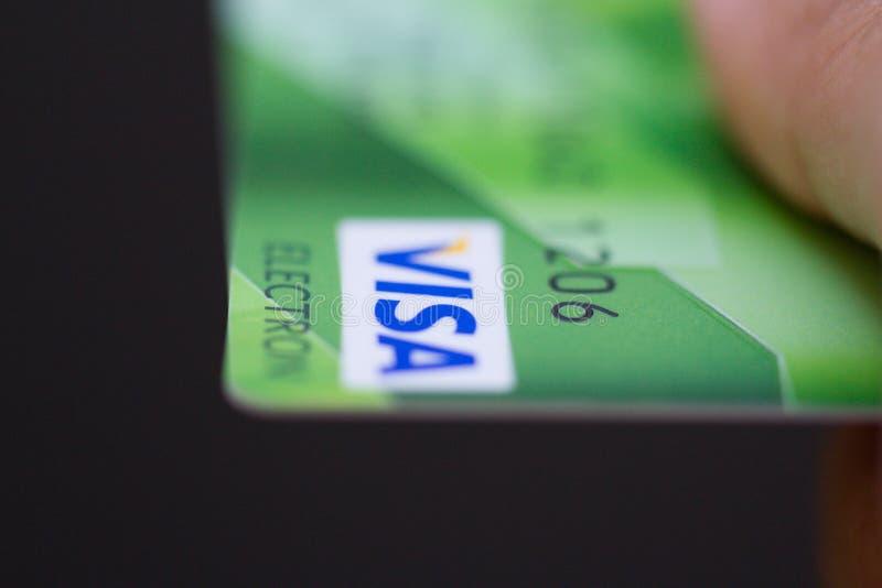 De creditcards van de het Visumbank van de mensenholding royalty-vrije stock afbeeldingen