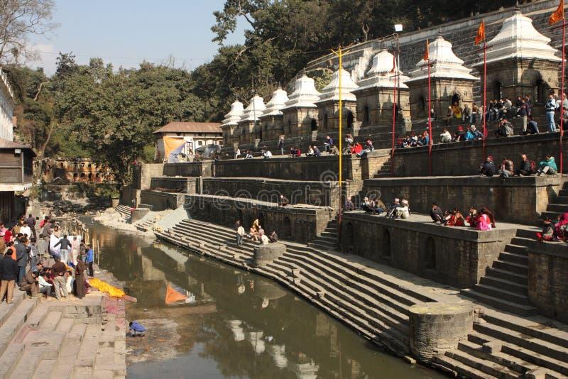 De crematies worden uitgevoerd bij Tempel Pashupatinath royalty-vrije stock foto's