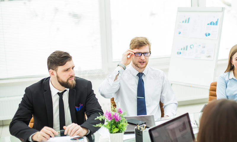 De crisismanager en het commerciële team leidde een werkende vergadering in een modern bureau royalty-vrije stock foto