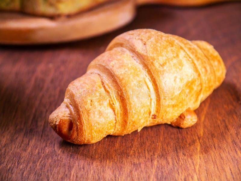 De croissantkers legt op een houten lijst stock fotografie
