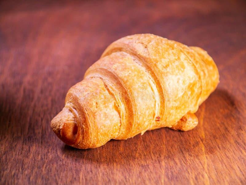 De croissantkers legt op een houten lijst royalty-vrije stock fotografie