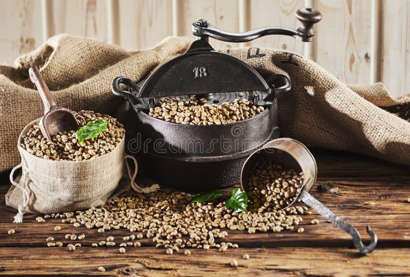 De cru de café toujours la vie rustique avec la rôtissoire image stock