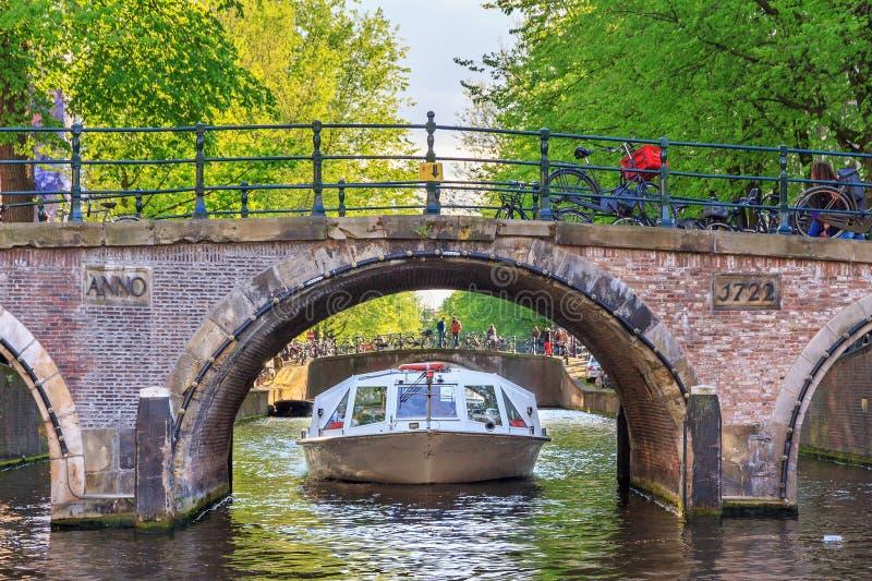 De cruise van het brugkanaal stock afbeelding