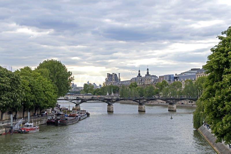 De cruise van de toeristenboot op de Zegenrivier in Parijs stock afbeelding
