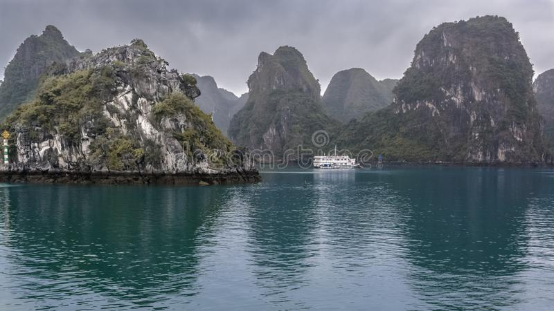 De cruiseboot in Ha snakt baai Vietnam royalty-vrije stock afbeeldingen