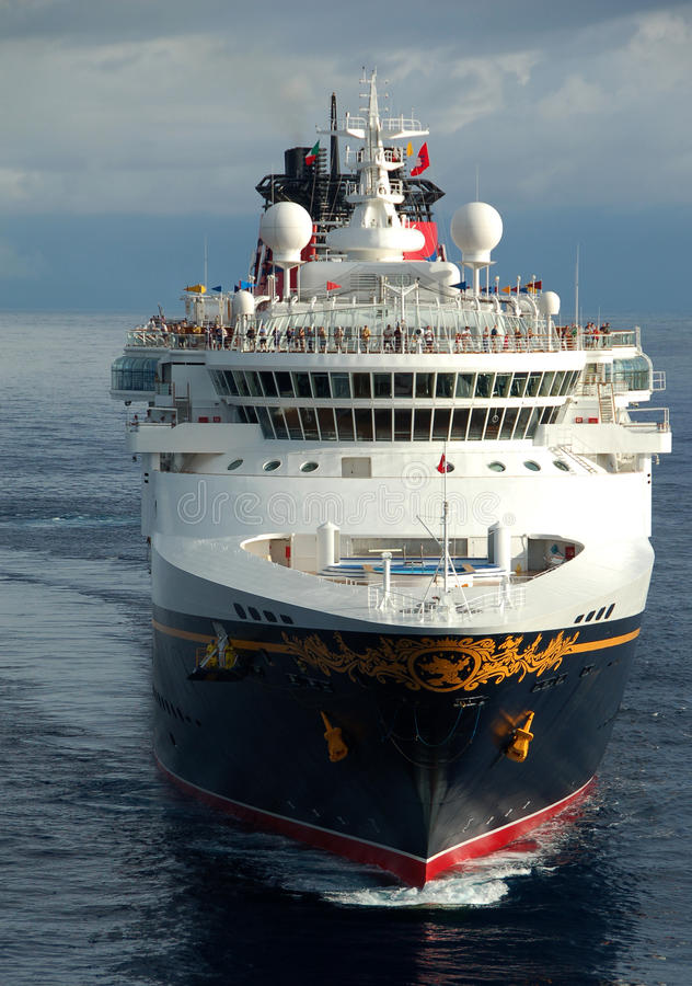 De cruiseschip dat van Disney haven ingaat stock foto
