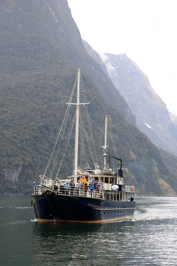 De cruiseschip van de Milfordzwerver in Milford-Geluid, NZ royalty-vrije stock afbeeldingen