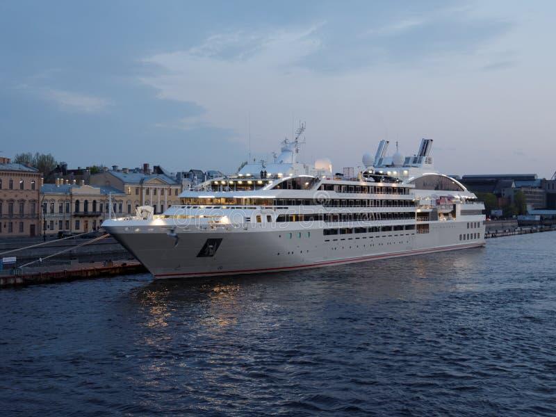 De cruisevoering Le Soleal legde in St. Petersburg, Rusland vast stock foto's
