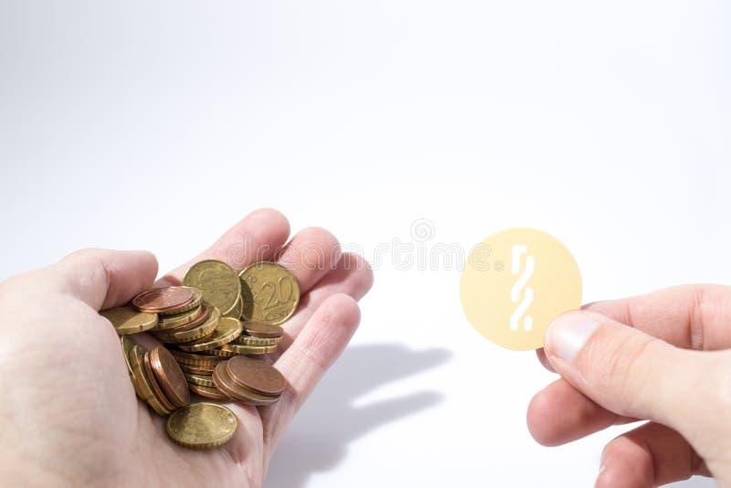 De Cryptocurrencyhand houdt euro muntstukken en een composi van het nxtmuntstuk stock foto's