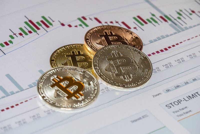 De Cryptocurrencymuntstukken kopen en verkopen grafische over handel; Bitcoin stock fotografie