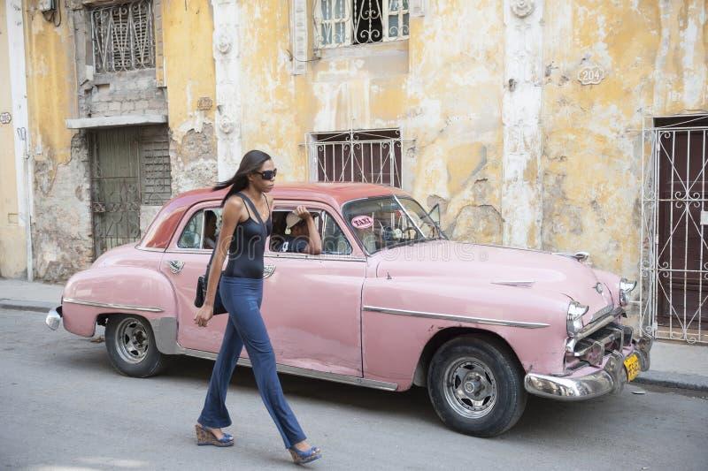 De Cubaanse Auto van de Vrouwen Roze Taxi royalty-vrije stock afbeeldingen