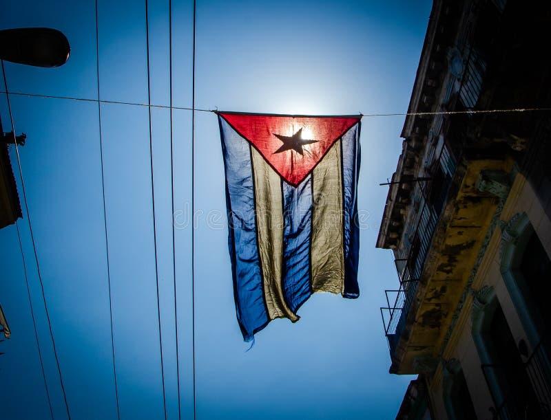 De Cubaanse vlag hangt in een straat van de arbeidersklassebuurt van Centraal Havana royalty-vrije stock afbeeldingen