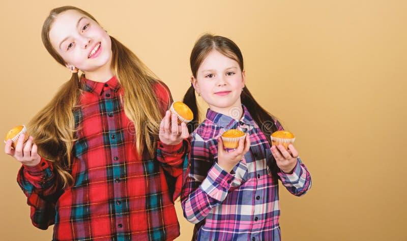 De cupcakes voor elke soort eetlust Fijne meid die cupcakes thuis bakken Kleine kinderen glimlachen gelukkig met stock afbeelding