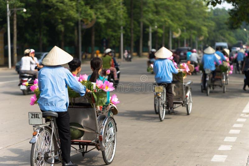 De cyclopedicabbestuurder draagt kegelhoed op de straat van Hanoi royalty-vrije stock foto