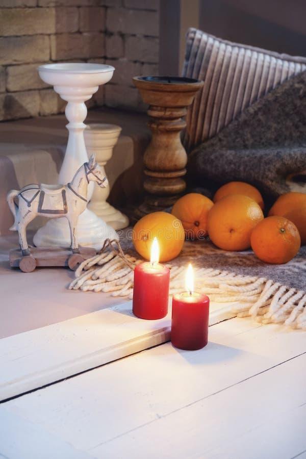 de décoration de célébration de fond blanc en bois de bougie de flamme de plaid de jouet de chandelier plan rapproché orange en g images stock