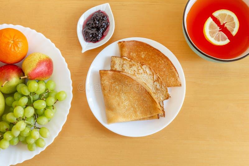De délicieuses crêpes, crêpes, assiette de fruits et gelo d'agrumes image libre de droits