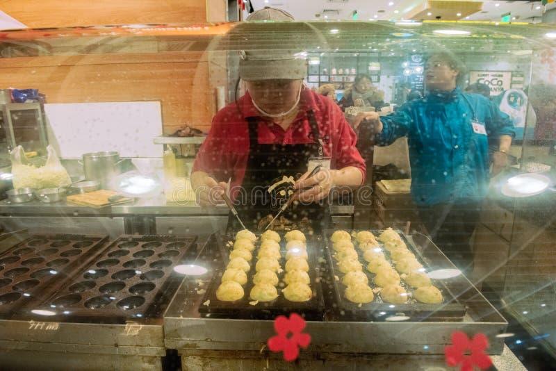 De délicieux petits pains à la vapeur sont préparés à la boulangerie de Shanghai, en Chine images libres de droits