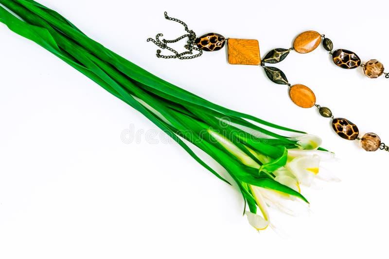 De dag, de bloemen voor dames en de juwelen van Valentine royalty-vrije stock afbeelding