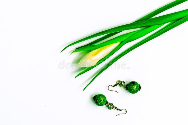 De dag, de bloemen voor dames en de juwelen van Valentine stock foto