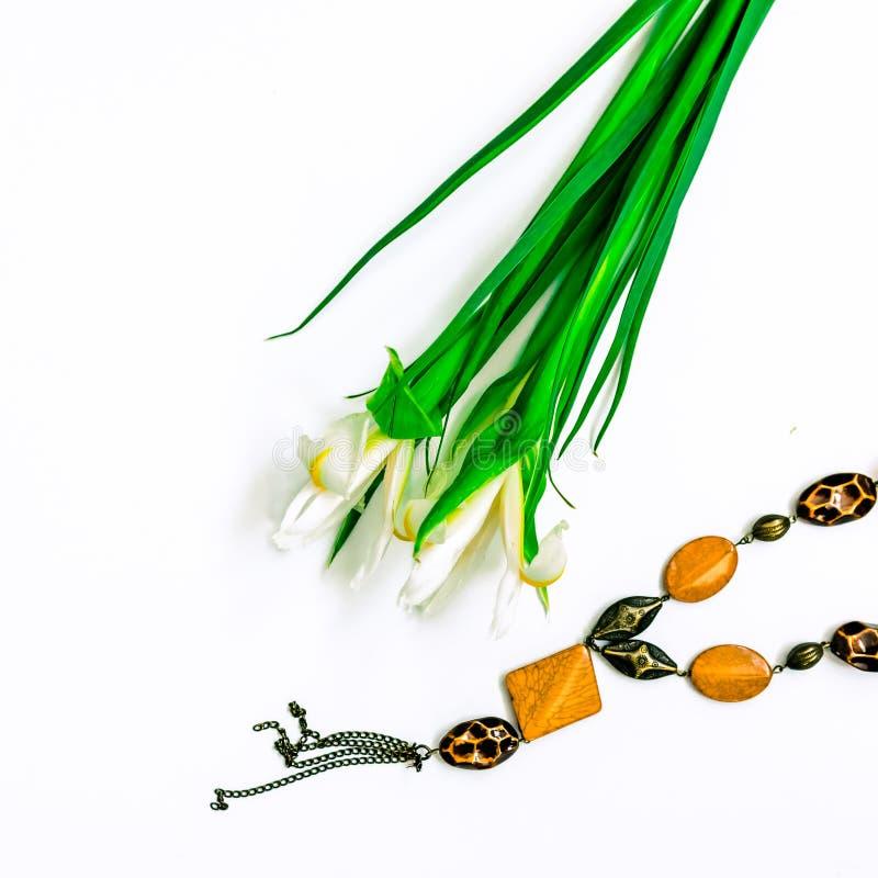 De dag, de bloemen voor dames en de juwelen van Valentine royalty-vrije stock afbeeldingen