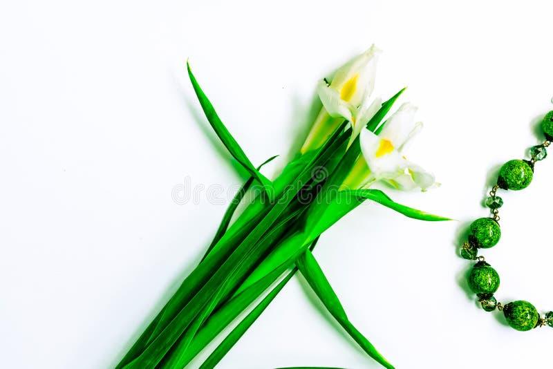De dag, de bloemen voor dames en de juwelen van Valentine stock foto's