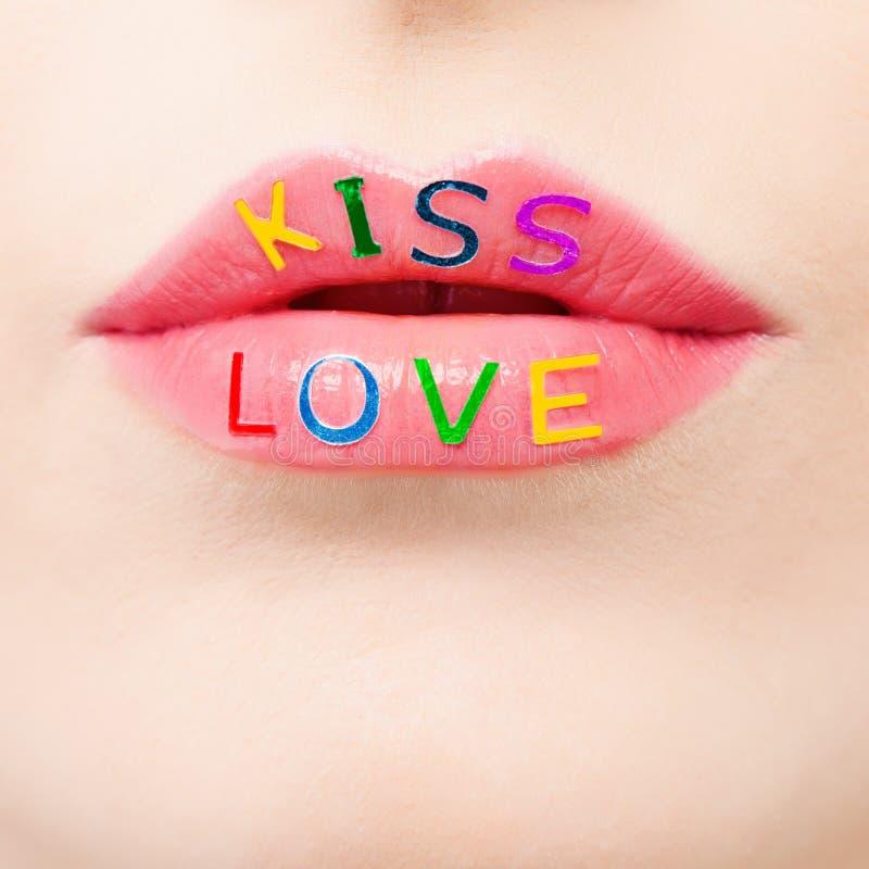 De dag en de liefdeconcept van Valentine met mooie roze lippenclose-up Make-up, hartstocht en kleurrijk liefdeteken stock afbeeldingen