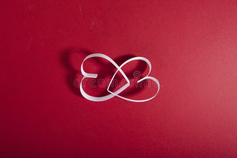 De Dag rode achtergrond van Valentine ` s en Witboekharten stock afbeeldingen