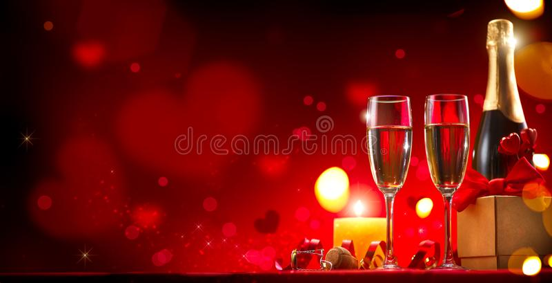 De Dag romantisch diner van Valentine ` s Champagne, kaarsen en giftdoos over rode achtergrond stock afbeeldingen