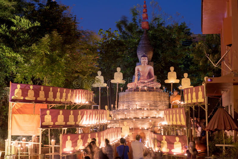 De dag van Bucha van Makha De traditionele boeddhistische monniken steken kaarsen voor godsdienstige ceremonies bij Wat Phan Tao- stock afbeelding