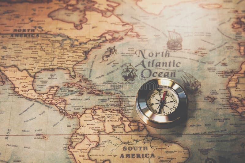 De dag van Columbus en wereldkaart met kompas stock afbeelding