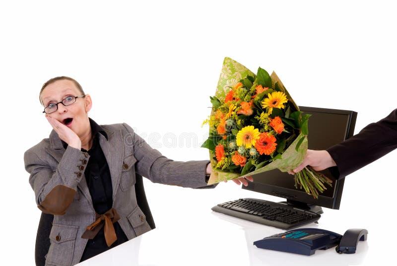 De dag van de secretaresse, bloemen op bureau stock fotografie