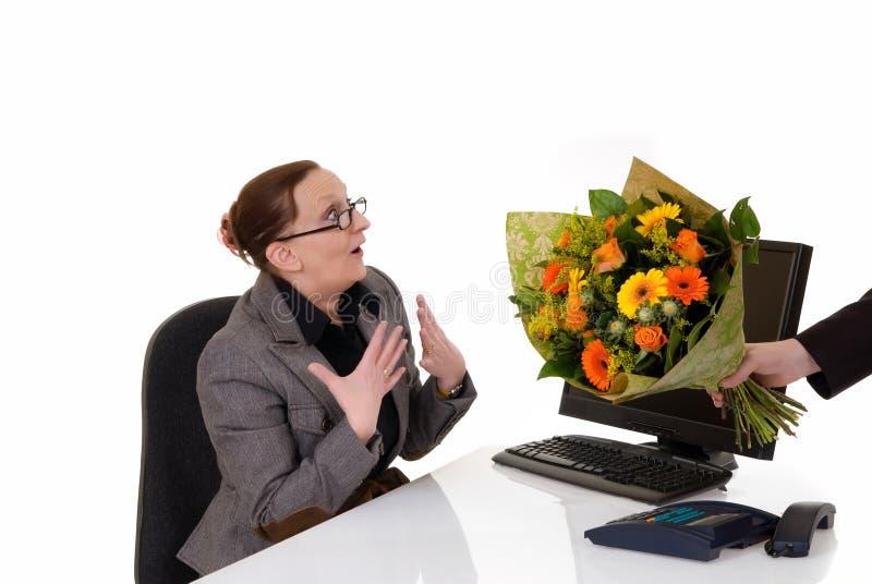De dag van de secretaresse, bloemen op bureau royalty-vrije stock foto