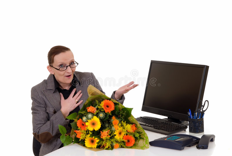 De dag van de secretaresse, bloemen op bureau royalty-vrije stock fotografie
