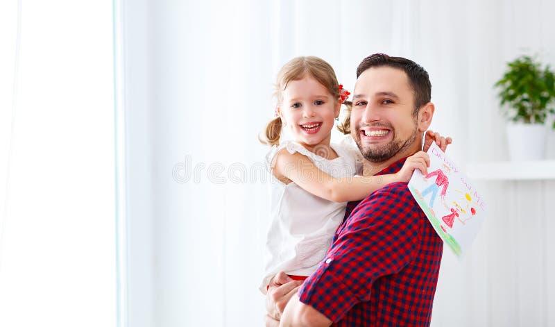 De dag van de vader `s Gelukkige familiedochter die de kaart van de papagroet geven royalty-vrije stock foto