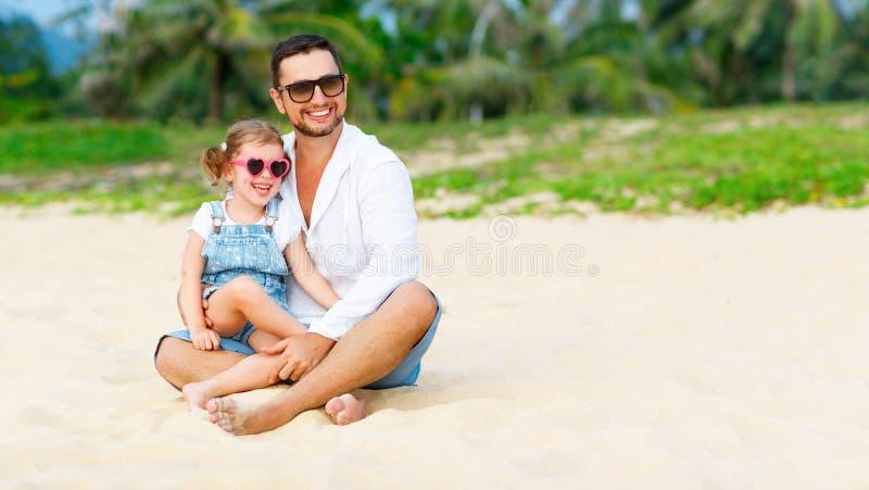 De dag van de vader `s Papa en kinddochter die samen in openlucht o spelen stock fotografie