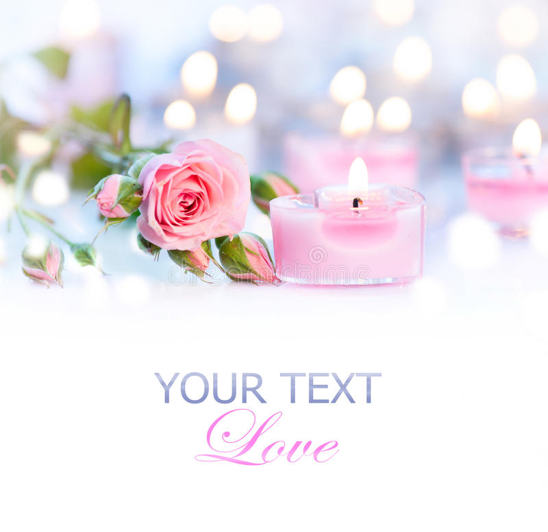 De dag van de valentijnskaart Roze hart gevormde kaarsen en rozen stock fotografie