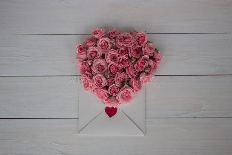 De dag van de valentijnskaart `s Bloemen en liefdebrief op houten achtergrond Retro stijl stock fotografie