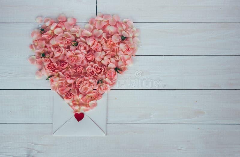 De dag van de valentijnskaart `s Bloemen en liefdebrief op houten achtergrond Retro stijl stock afbeelding