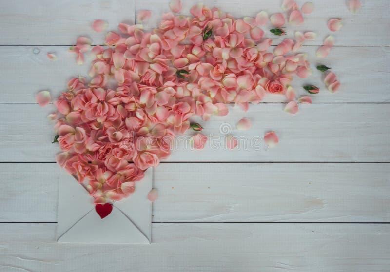 De dag van de valentijnskaart `s Bloemen en liefdebrief op houten achtergrond Retro stijl stock foto's