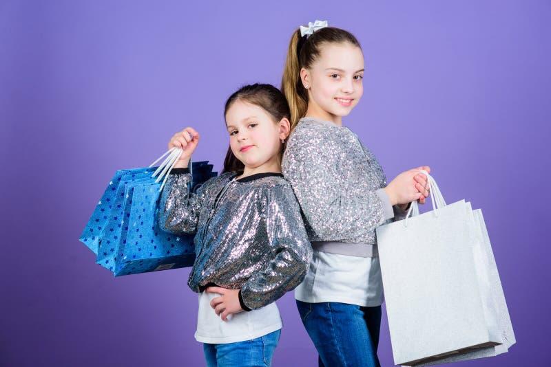 De Dag van gelukkige Kinderen Meisjezusters het online winkelen Verkoop en Kortingen Zusterschap en familie besparingen  stock afbeelding