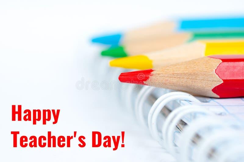 De dag van de gelukkige leraar, groetenkaart met kleurrijke potloden royalty-vrije stock afbeeldingen