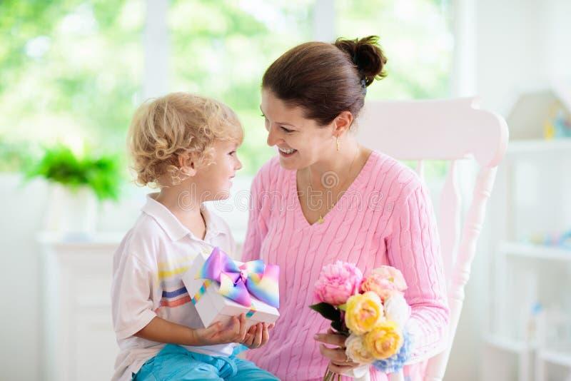 De dag van de gelukkige moeder Kind met heden voor mamma royalty-vrije stock afbeelding