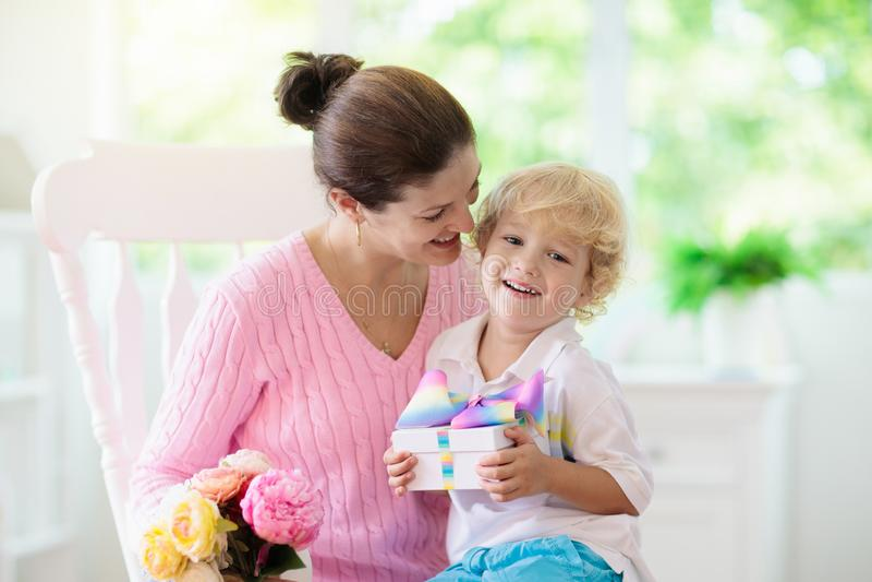 De dag van de gelukkige moeder Kind met heden voor mamma stock fotografie
