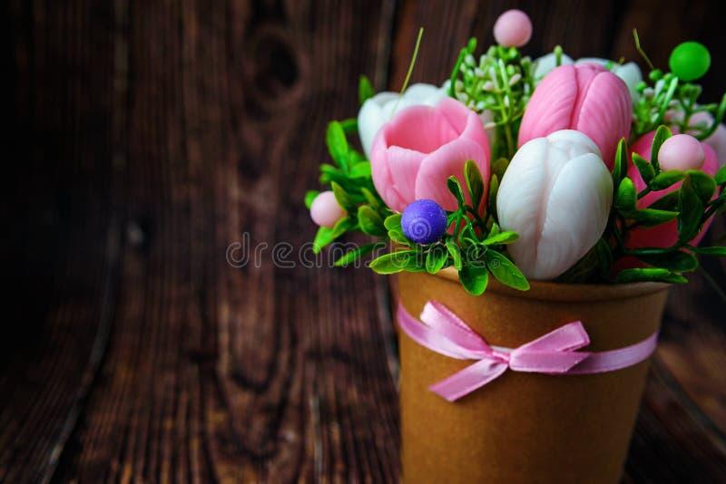 De Dag van de gelukkige moeder, de dag van vrouwen, Verjaardag of het concept van de huwelijksgroet Boeket van krokussen op een v stock afbeeldingen