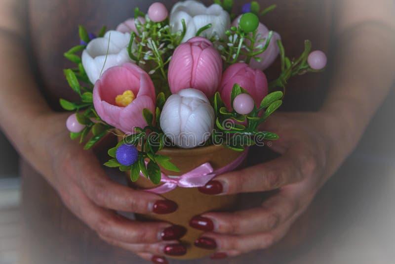 De Dag van de gelukkige moeder, de dag van vrouwen, Verjaardag of het concept van de huwelijksgroet Boeket van krokussen op een v stock foto's