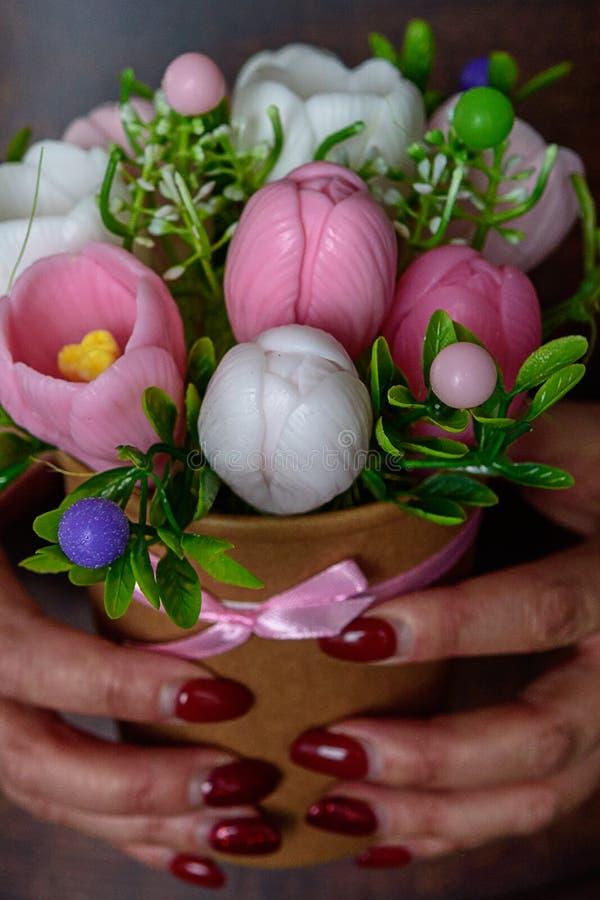 De Dag van de gelukkige moeder, de dag van vrouwen, Verjaardag of het concept van de huwelijksgroet Boeket van krokussen op een v stock foto