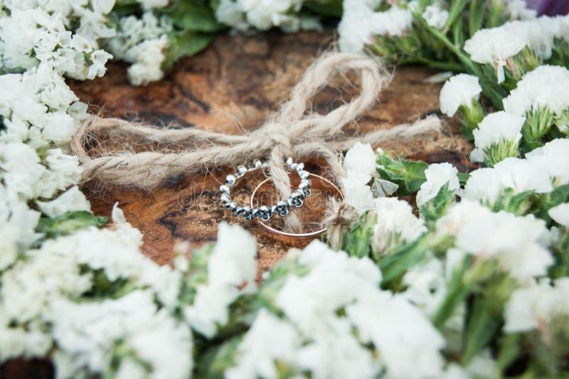 De dag van het huwelijk De bruidegom plaatst de ring op de bruid` s hand De close-up van de foto royalty-vrije stock fotografie